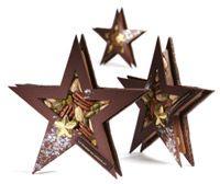 """""""l'Etoile de Noël"""" (15 cm !) réalisée par La Maison du Chocolat se compose de deux étoiles ciselées en chocolat noir faits mains. Le centre est un ensemble de fruits du mendiant solidifiés grâce à du chocolat au lait. L'étoile est ornée d'une plus petite étoile recouverte d'une feuille d'or."""
