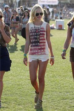 Kate Bosworth se apunta a la moda de las banderas con un look desenfadado con shorts y camiseta estampada.