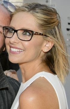 Most Pinned Modern Hairstyles Ideas For Women With Glasses - 1 - Brille Round Lens Sunglasses, Cute Sunglasses, Sunglasses Women, Sarah Michelle Gellar, New Glasses, Girls With Glasses, Womens Glasses Frames, Fashion Eye Glasses, Wearing Glasses