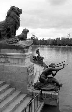 Madrid (España). Parque del Retiro. Detalle del monumento al Rey Alfonso XII