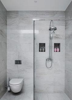 Strålande ljus nybyggd vindsvåning med högt i tak och öppet kök. Våningen, som är ritad av arkitekt Ulf Nelson, håller genomgående högsta kvalitet med exklusiva materialval. Kök och badrum från Lidhults i klassisk stil med modern touch. Öppet kök med köksö mot matplatsen och balkongen. Stort vardagsrum med en stilren eldstad. Exklusivt stort badrum med dusch. Separat gäst-wc och tvättstuga i anslutning till hallen. Två sovrum, det ena med stora platsbygga garderober. Det andra med plats för… Bathroom Cleaning, Home Reno, Bathroom Inspiration, Scandinavian Design, Double Vanity, Master Bathroom, Toilet, Bathtub, Indoor