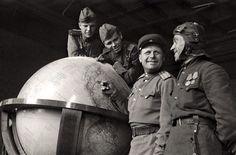 Soldados soviéticos con el Globo Terráqueo de Hitler, Berlín, Alemania 1945.