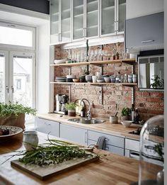 Cuisine / Mur en briquettes et étagères minimalistes