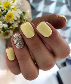 lemon nails for spring, love the glitter nail to sparkle it up 5 practical ways to apply nail polish without errors Es ist fast eine Prüfung, Nagellack ric Lemon Nails, Glitter Gel Nails, Acrylic Nails, Coffin Nails, Gradient Nails, Holographic Nails, Stiletto Nails, Gold Nail, Cute Shellac Nails