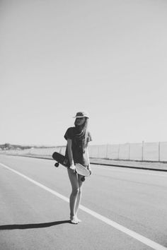 All girls should longboard. Bmx, Pale Tumblr, Estilo Hip Hop, Skate Girl, Skate Style, Skateboard Girl, Longboarding, Jolie Photo, How To Pose