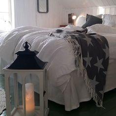 Öitä💤💤Puhtaat valkeat pellavalakanat ♡♡ Good night💤💤 New white linen sheets ♡♡ #mittlantligahem #bedroom #linensheets #myhome #mycottage #mycottagebedroom #homelove #homeinspiration #homedecoration #homestyling  #dreamhome #dream_interiors #whitehome #whiteinterior #lantligavitt #instahome #interior4all #interior2you #interior_and_living #interiorinspiration #interiorstyling #interior #moderncountrystyle #nordicstyle #countrystyle #skandinavianinterior #skandinavianhome…