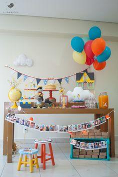 Festa De Brincar - as festas de brincar (:. Linda mesa do bolo com o tema up para o primeiro aniversário do bebê. Detalhe para as fotos do primeiro ano.