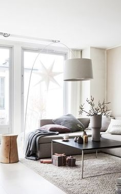 Love the oversized lamp, this would look really good in the living area by garden windows