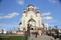 Ekaterimburgo es el centro de la región de los Urales, situada en la cordillera del mismo nombre y que está considerada la frontera natural entre Europa y Asia. A unos catorce kilómetros de la ciudad se encuentra el monumento Europa-Asia, muy popular entre los turistas porque da la oportunidad de estar con un pie en el continente europeo y con otro, en el asiático.