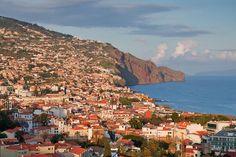 Mit rund 112.000 Einwohnern ist Funchal die Hauptstadt Madeiras. Die Name bedeutet übersetzt Fenchel. Den Namen erhielt die Stadt, weil die Portugiesen bei ihrer Entdeckung der Insel hier sehr viel des Gemüses vorfanden. es lohnt sich hier eine Fahrt mit der Kabelbahn zu machen, am Hafen zu flannieren, in eine der wunderschönen Kirchen zu blicken, oder das Hotel Reid`s Palace zu erkunden, eines der führenden Hotels der Welt.