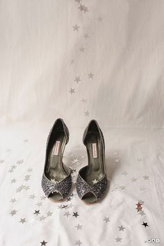 chaussures-mariage-glitter Wedge Shoes, Shoes Sandals, Basket Sneakers, Magic Shoes, Blue Suede Shoes, Unique Shoes, Coups, Beautiful Shoes, Shoe Brands