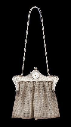 Metal mesh purse with what looks like a built in pocket watch? Vintage Purses, Vintage Bags, Vintage Handbags, Vintage Outfits, Vintage Fashion, 1930s Fashion, Vintage Watches, Victorian Fashion, Vintage Shoes