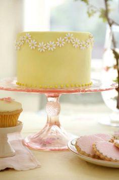Daisy garland cake.  Pretty.