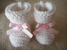 5736b540f8811 Articles similaires à Chaussons bébé en laine blanc et noeud satin rose.  sur Etsy