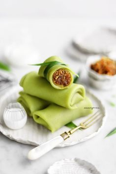 Kuih Dadar a Southeast Asian bite-sized snack. A fragrant coconut Pandan rolled crepe filled with freshly grated coconut in gula melaka ( Palm sugar). This recipe is vegan , it can be made gluten-free so everyone can enjoy this delicious treat. Asian Desserts, Asian Recipes, New Recipes, Indonesian Desserts, Whole30 Recipes, Healthy Desserts, Crockpot Recipes, Crepes Filling, Malay Food