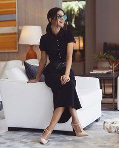 b0a2ba26b Camila Coelho mostra como usar cintos, ela usa blusa polo, saia midi, cinto