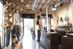 La diseñadora multidisciplinar Susana Piquer ha llevado a cabo el diseño de una instalación efímera y escaparatismo de la concept store de Nudie Jeans en Barcelona, en el que el ahorro de costes es sinónimo de creatividad y buen hacer. El proyecto desarrolla los conceptos principales de la marca, basados en reutilizar y reparar sus [...]