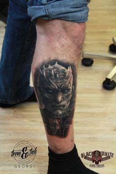 Tatuaje de un caminante blanco en la pierna.