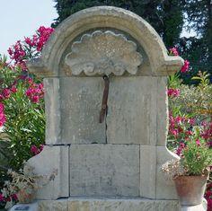 Belle fontaine ancienne en pierre avec fronton et coquille Régence Shell