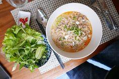 Rare à Paris, le plat typique du Laos le mi kathi: des pâtes de riz dans une sauce au lait de coco, curry rouge, sauce soja, cacahuète, citronnelle et combawa, avec du porc haché.