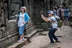Toeristen fotograferen elkaar in Angkor Wat (Cambodja)