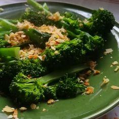Paarse broccoli met pittige amandelcrunch