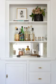 turning a built-in buffet into a bar station Photography : Amy Bartlam Read… Built In Bar Cabinet, Built In Buffet, China Cabinet Bar, Bookshelf Bar, Living Room Bar, Bar In Dining Room, Home Interior, Interior Design, Interior Livingroom