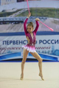 Photo Gymnastics Workout, Sport Gymnastics, Artistic Gymnastics, Rhythmic Gymnastics Leotards, Olympic Sports, Olympic Games, Colour Guard, Figure Skating Dresses, Beautiful Children