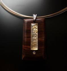 Colgante de madera de cocobolo. Latón y resina. Cristal Swarovski. Único. Hecho a mano.