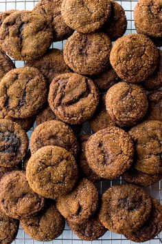 Want to learn how to make crisp molasses cookies this holiday season? I have the answers and the tastiest recipe for the popular cookie! Köstliche Desserts, Delicious Desserts, Dessert Recipes, Yummy Food, Candy Recipes, Cookie Recipes, Biscotti, Chocolate Chip Cookies, How To Make Crisps