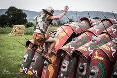 Testudo hard-crash testing. Historical reenactment of Roman Legions. Rekonstrukcja historyczna rzymskiego legionu