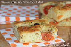 La focaccia morbida con pomodorini e olive    nell'impasto.