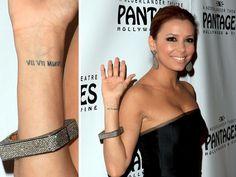 Sterren en hun liefdestatoeages. De actrice liet de datum van haar huwelijk met Tony Parker, 7 juli 2007, op haar pols tatoeëren in Romeinse cijfers. In januari 2011 gingen Eva Longoria en Tony uit elkaar. #Tattoos #EvaLongoria #Showbizz