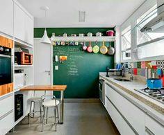 Cozinha inspiração: parede lousa, utensílios coloridos pendurados e adesivos de ladrilhos hidráulicos ao longo da pia e balcão. Tudo muito lindo!