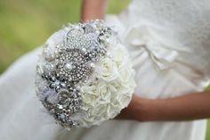bouquet de mariage original avec roses et argent