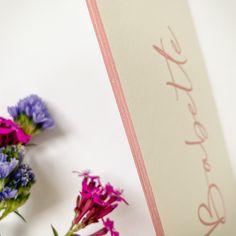 Studio Octavie   Voor Babette kozen mama en papa voor een roze letterpress op voor- en achterzijde én afgewerkt met dezelfde tint roos voor kleur op snee. Dat gekleurd randje, weet je wel? Wil jij ook zo'n (geboorte) kaartje op maat? Neem dan snel contact met me op. Info@studiooctavie.be of surf naar de website www.studiooctavie.com #geboortekaartje #birthcard #letterpress #kleuropsnee #colorededges #doopsuiker #suikerbonen Home Studio, Seeds, House Studio