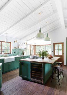 Green Kitchen Cabinets, Kitchen Cabinetry, Kitchen Island, Kitchen Backsplash, High End Kitchens, Home Kitchens, Küchen Design, Interior Design, Interior Modern