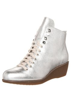 These are called Ice princess, a perfect name as they totally look like figure skates Ice Princess, Cold Day, Figure Skating, High Top Sneakers, Flip Flops, Wedges, Skates, Boots, Silver