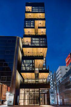 Este edificio de alquiler para restaurantes se encuentra en un terreno largo y angosto, rodeado por calles en tres de sus lados.