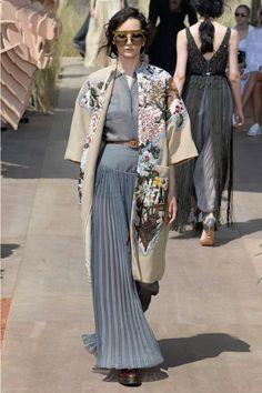 Christian Dior Fall 2017 Couture Fashion Show Collection: See the complete Christian Dior Fall 2017 Couture collection. Look 40 Fashion Week, Fashion 2017, Look Fashion, Runway Fashion, High Fashion, Winter Fashion, Womens Fashion, Fashion Design, Fashion Trends