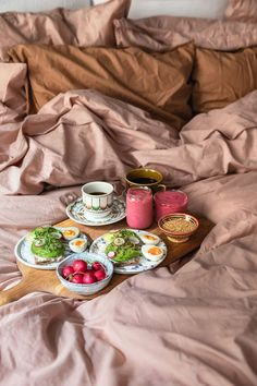Bed set from Midnatt. Siri Barje makes breakfast in bed for bedlinen brand Midnatt. Photo by Malin Cropper. Bed set from Midnatt. Siri Barje makes breakfast in bed for bedlinen brand Midnatt. Photo by Malin Cropper. Breakfast Tray, The Breakfast Club, How To Make Breakfast, Breakfast Casserole, Romantic Breakfast, Birthday Breakfast, Sunday Breakfast, Waffles, Oatmeal Pancakes
