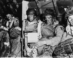 """# DDAY70 Día D -1  """"See You en Berlín. Caras Resolute de paracaidistas justo antes de que se quitaron para el asalto inicial de D-Day. Paracaidista en primer plano acaba de leer el mensaje del general Eisenhower de la buena suerte y broches su bazooka en determinación. Nota orden del día D de Eisenhower en manos del paracaidista en primer plano """"."""