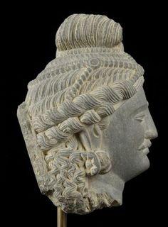Lot : Très belle tête de bodhisattva ... | Dans la vente Armes, Art Africain, Arts de l'Antiquité, Arts d'Orient et d'Extrême Orient à Hôtel des Ventes de Genève