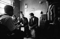 Steve MC Queen bavarder avec les élèves dans son ancienne chambre de dortoir en visitant République Boys School 1963