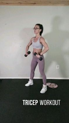Fat burning arm workout for women - Tone flabby arms and build muscle with this dumbell workout routine. Add this bat wing workout to your upper body strength training routine for strong and toned arms. Triceps Workout, Workout Hiit, Gym Workout Videos, Gym Workouts, At Home Workouts, Arm Workout Challenge, Chest And Tricep Workout, Tone Arms Workout, Shoulder Workout
