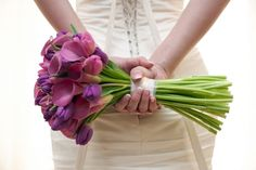Bouquets de tulipas Roxas com Copos de Leite Lilás.