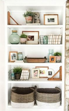Easy Home Decorating Ideas for your home with color, furniture and accessories. Home decor tips to design your living room, bedroom, bathroom Decorating Bookshelves, Bookshelf Styling, Bookshelf Design, Living Room Bookshelves, Bookshelf Ideas, Bookcases, Living Room Designs, Living Room Decor, Bedroom Decor