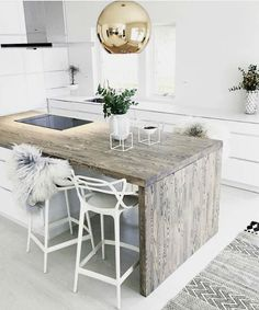 Trendy white kitchen with little boho accents || @pattonmelo