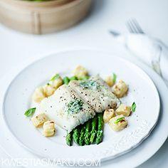 Halibut na szparagach z masłem estragonowym i ziemniaczanymi gnocchi Halibut, I Want To Eat, Fish And Seafood, Gnocchi, Menu, Ideas, Menu Board Design, Thoughts