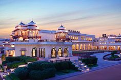"""There's no doubt that the """"Taj Rambagh Palace"""" is one of the finest hotels in the entire Jaipur, Rajasthan. This splendid palace was the former house of the Top 10 Hotels, Hotels And Resorts, Best Hotels, Luxury Hotels, Budget Hotels, Le Palace, Palace Hotel, India Palace, Hotel Lobby"""